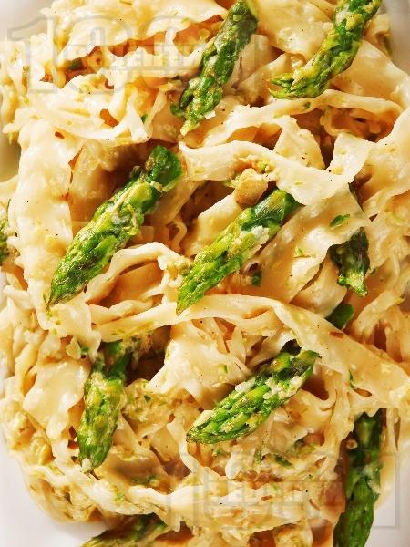 Паста (талятели) с млечен сметанов сос и аспержи - снимка на рецептата